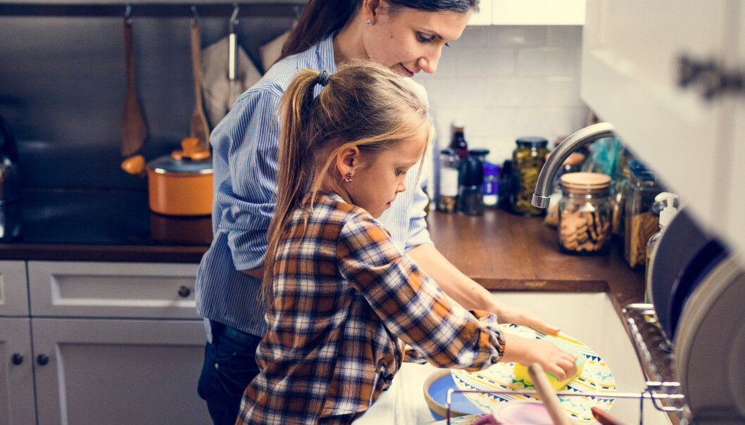 LA BARNA FÅ BIDRA MER I HUSARBEIDET: Resultatet vil ifølge ekspertene bli gladere og mer selvstendige barn. FOTO: NTB Scanpix