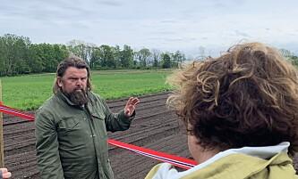 <strong>JORDNÆR JORDNERD:</strong> Bollestad må ha beina på jorda - for Madsen forteller om jord så lenge noen hører på.