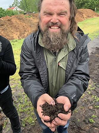 <strong>JORDISK FRELSER:</strong> Bjørge Madsen ved Skjærgaarden gartneri har eksperimenterer med en metode der han ikke trenger å bruke sprøytemidler og kunstgjødsel. På toppen av det hele vil tar jorda opp i seg karbon og bidrar dermed til å redusere Co2-innholdet i atmosfæren.