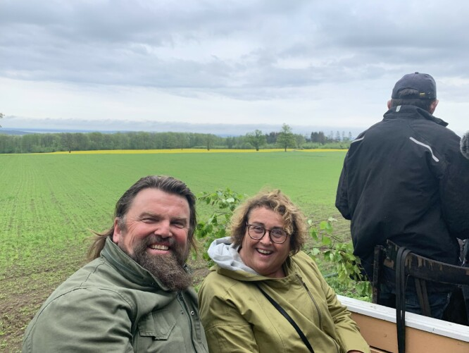 <strong>JORDA RUNDT:</strong> Bollestad (KrF) får en god omvisning av av Bjørge Madsen og hvordan de jobber med jordforbedring i Åsgårdstrand.