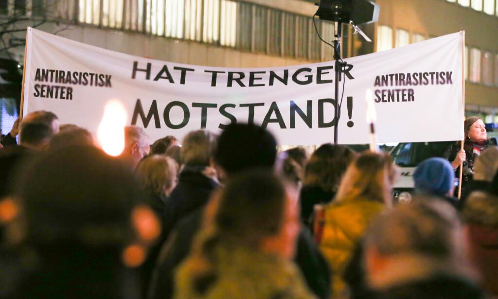 LITE KORRUPSJON OG HØY TILLIT: Vårt samfunn preges av tillit til domstolenes uavhengighet, til våre lovgivere og til den frie pressen og politiet. Vi sier Norge er et av verdens beste land å bo i.  Desto rarere er det at rekordmange lar seg forlede av fake news og konspirasjonsteoretikere, skriver kronikkforfatteren. Bilde fra Oslo-markeringen 8. november av minnet om Krystallnatten i Tyskland og Østerrike i 1938. Foto: Fredrik Hagen / NTB scanpix