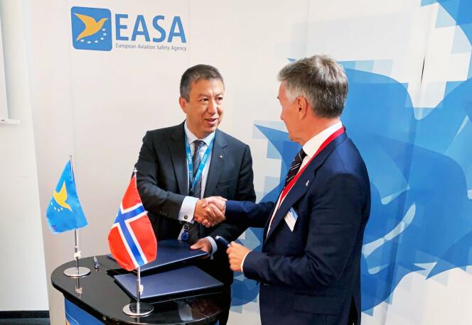 SIGNERING: Patrick Ky, direktør i EASA og luftfartsdirektør Lars Kobberstad signerte denne uka en forpliktende samarbeidsdsavtale i EASAs hovedkvarter i Köln. Foto: Tom Egil Herredsvela / Luftfartstilsynet