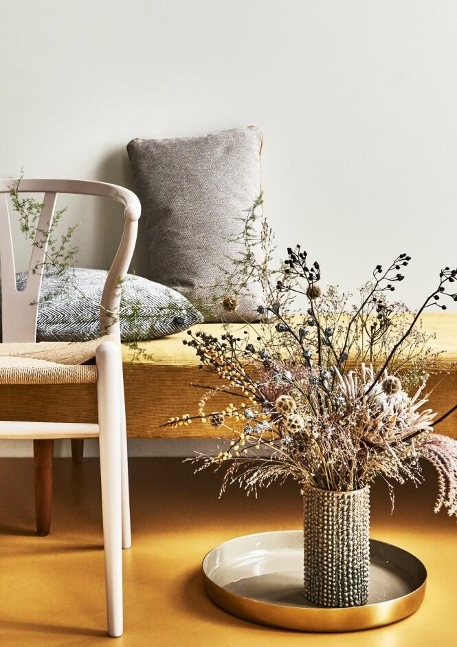 Y-stolen i rosa er fra Carl Hansen & Søn. Fatet og vasen er fra Bloomingville. Foto: Martin Panduro