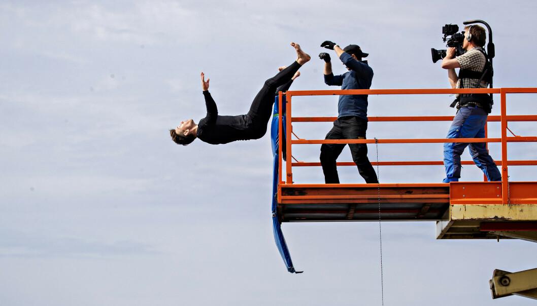 DYTTET?: Ble Wiborg dyttet, hoppet han eller falt han? Produksjonsteamet tester ut flere scenarioer for å se om de kan si noe om hvordan Wiborg falt. Foto: Bjørn Langsem