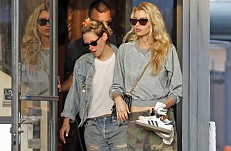 <strong>TIRSDAG:</strong> Her kommer Kristen og Stella ut fra en neglsalong i Los Angeles denne uken. Foto: NTB Scanpix