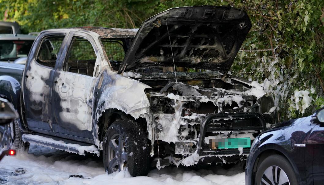 To biler har tatt fyr på Tåsen i Oslo natt til mandag andre pinsedag. Politiets teori er at bilene skal ha blitt påsatt. En tredje bil er også rammet av brannen. Foto: Fredrik Hagen / NTB scanpix