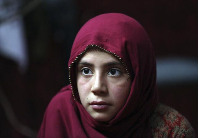 PÅ FLUKT: Nok en gang må innbyggere i Afghanistan flykte på grunn av ekstreme krigere. Nå er det terrorgruppa IS som skaper problemer. Shoghla er datteren til Farmanullah Shirzad, og er nå på flukt. Foto: Rahmat Gul / Ap / Scanpix