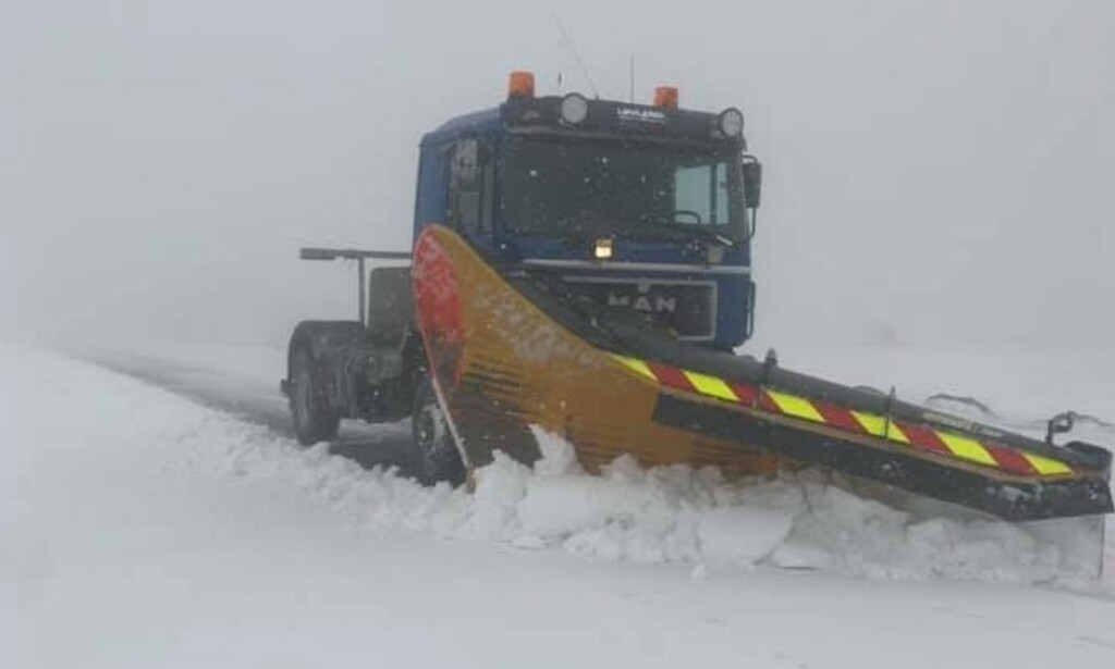 SNØ: E69 og andre fjelloverganger i Finnmark kan oppleve vanskelige kjøreforhold fram til onsdag.  FOTO: LØVLAND MASKIN & TRANSPORT AS