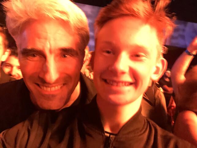 """Eskil Gjerde Sviggum sammen med Apples utviklingssjef Craig Federighi. """"Vi fikk ta bilde med han da han sprang ut i mengden for å få med seg at Weezer spilte Take On Me på The Bash"""" forteller Sviggum. 📸: Privat"""