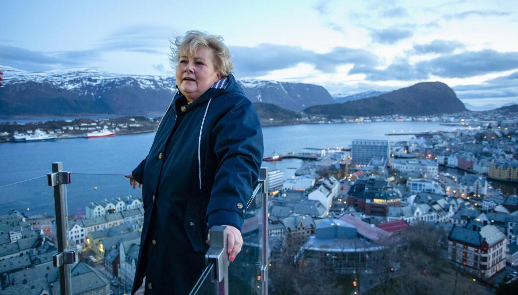 <strong>VÆR, VIND OG VANN:</strong> Det er nok av alt dette i Norge. Her er statsminister Erna Solberg (H) på utsiktspunktet Byrampen i Fjellstuetrappene i Ålesund. Hun sier rent vann skal være en selvfølge i Norge. Men er det slik? Foto: Svein Ove Ekornesvåg / NTB scanpix