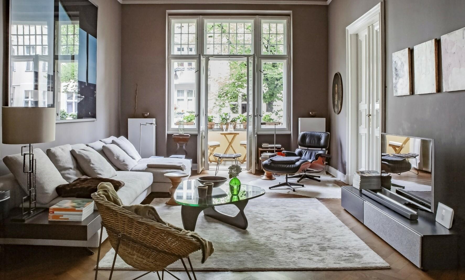 Lenestolen er designet av Ray og Charles Eames, og er i produksjon hos Vitra. Tips! Lyse møbler og gulvtepper kommer bedre fram med mørkere vegger og gulv. FOTO: Anne-Catherine Scoffoni