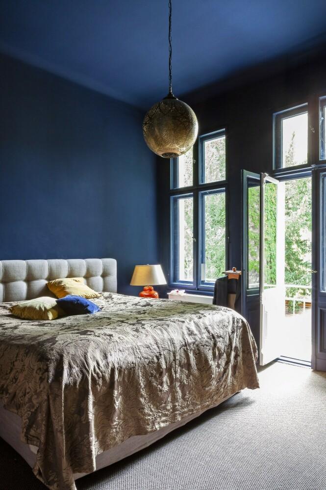 Tips! Mal både tak, vegger og vinduskarmer i samme mørke nyanse for harmoni i rommet.