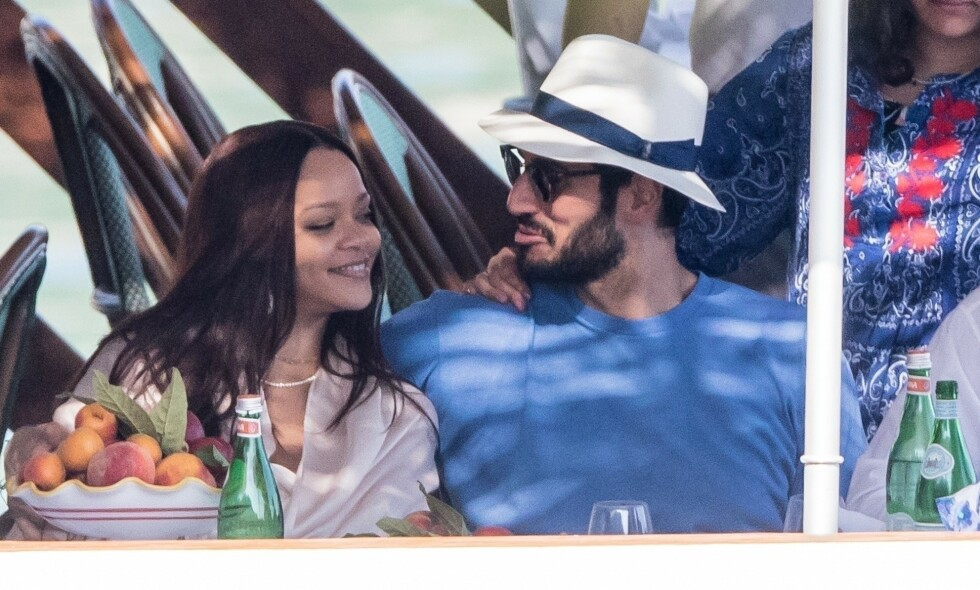 FORELSKET: Rihanna har endelig bekreftet at hun er kjæreste med Hassan Jameel. Her er de to på ferie i Italia med hans familie forrige uke. Foto: NTB scanpix