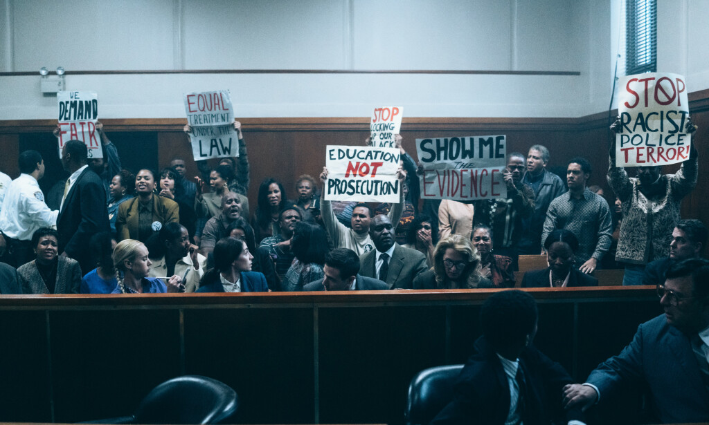 RETTSSAK: Når de ser ut som svarte og brune folk, har vi allerede blitt dømt fra fargen på huden vår, sier Kevin Richardson til NY Times. Bildet er fra rettssaken i Netflix-serien. Foto: Netflix