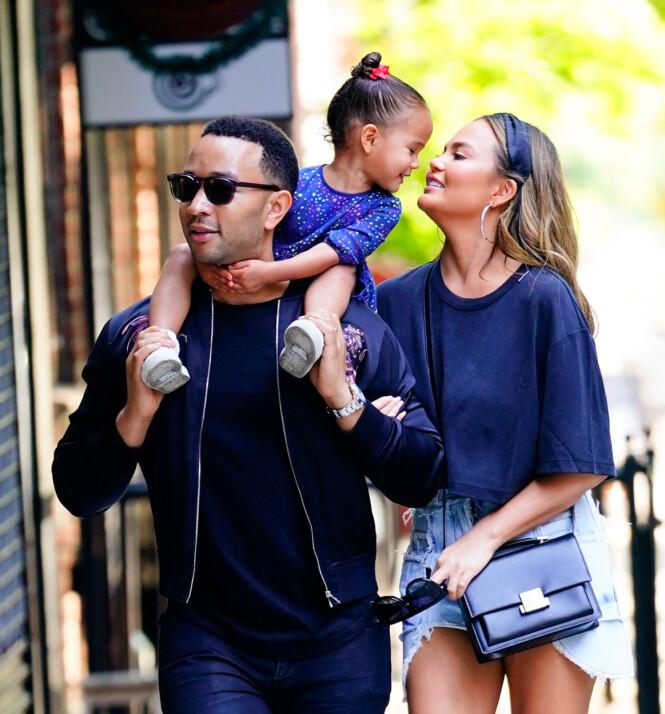 SØT TRIO: Her er John Legend avbildet sammen med datteren Luna og kona Chrissy Teigen ute på en spasertur i New York tidigere i år. Foto: NTB scanpix