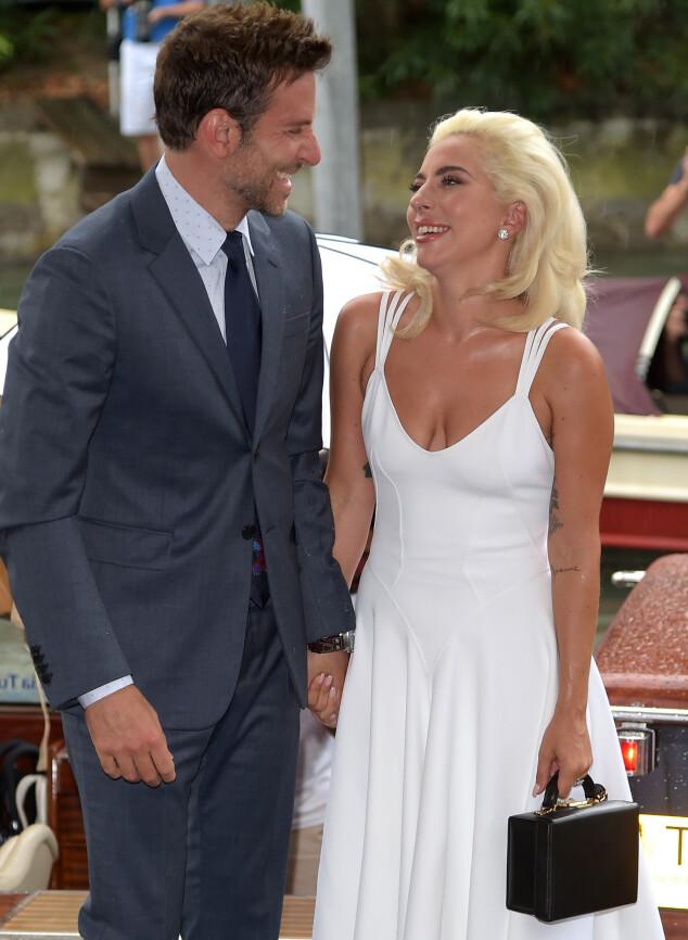 HÅND I HÅND: Bradley Cooper og Lady Gaga strålte sammen da de gjestet filmfestivalen i Venezia i august 2018. Foto: NTB scanpix