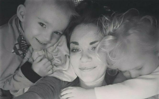 ALVORLIG KREFTSYK: Firebarnsmor Silje har fått påvist HER2-positiv brystkreft med spredning og ønsker en behandling som per i dag ikke blir dekket av norske helsemyndigheter. FOTO: Privat