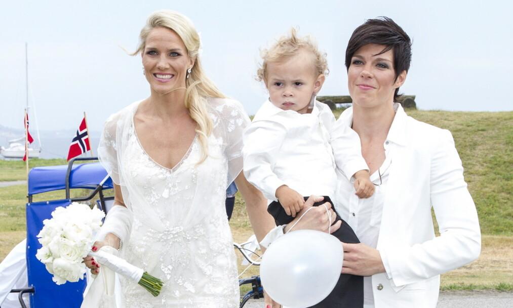 <strong>LYKKELIGE:</strong> Gro og Anja Hammerseng-Edin, her med vesle Mio, forteller åpent om hvordan de trives i tilværelsen som småbarnsforeldre. Dette bildet ble tatt i bryllupet deres i 2013. Foto: Andreas Fadum / Se og Hør