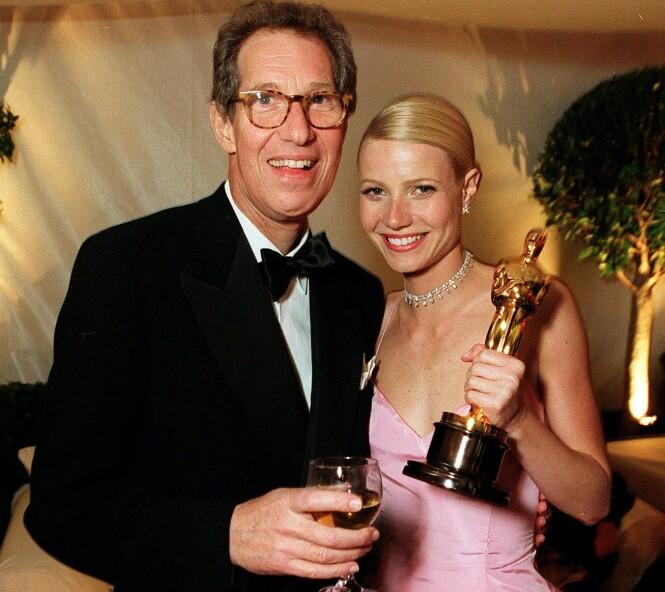 OSCAR-VINNER: Her feirer Bruce Paltrow datterens Oscar-pris i 1999. Men han likte ikke måten hun taklet berømmelsen på den gang. Foto: NTB Scanpix