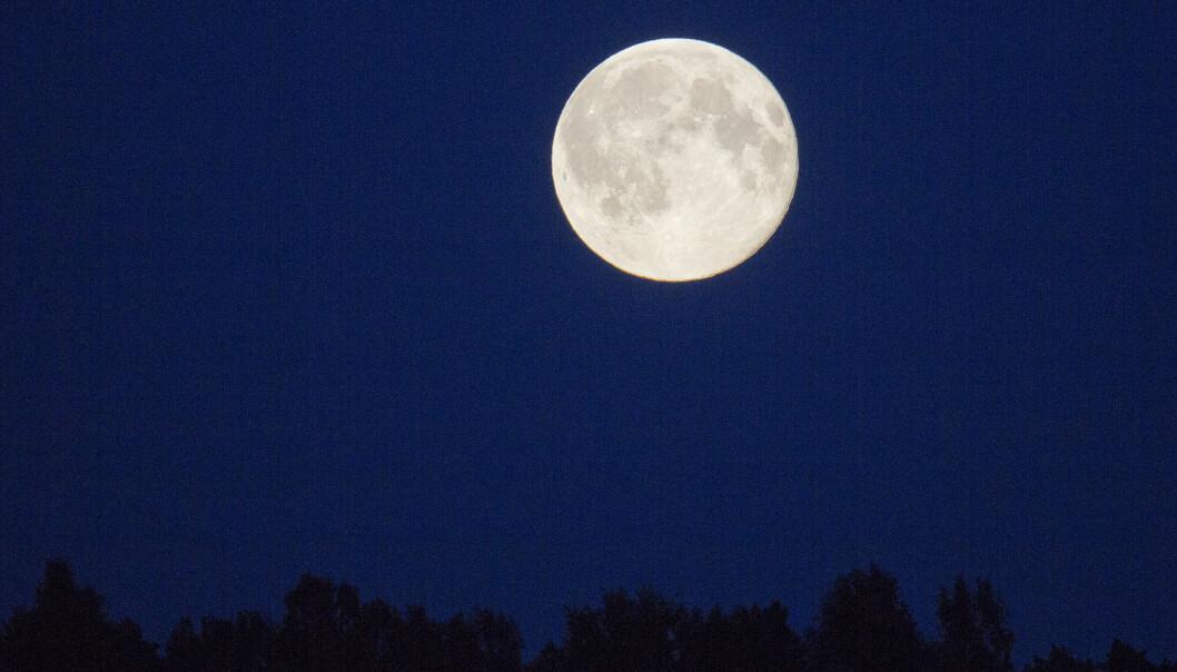 Fullmåne over Oslo. Forskere i Texas har gjort et uventet funn av en enorm masse under måneoverflaten, som kanskje er restene av en asteroide som i sin tid slo ned der. Foto: Jon Olav Nesvold / NTB scanpix