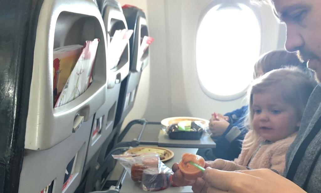 MEDBRAKT: Kjersti Grønseth, ektemannen Paul og de tre barna deres brukte 18 timer på reisen fra Simensbråten i Oslo til USA, og null kroner på mat under hele turen. De hadde nemlig med seg en hel koffert med mat ombord i flyet. Foto: privat.