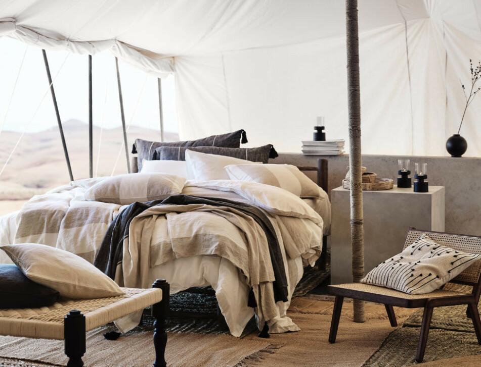 NATURLIG: Beige toner og møbler i tre - det er trendy akkurat nå. Foto: H&M