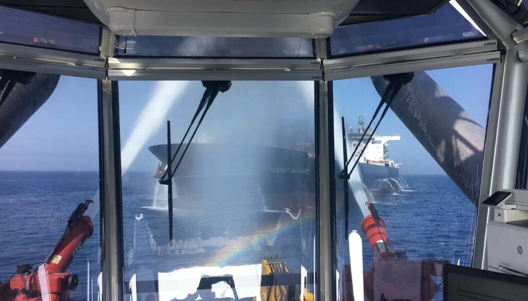 STÅR I BRANN: Det norskeide tankskipet «Front Altair» står i brann, etter det som skal ha vært målrettede angrep mot to tankskip i Omanbukta. Foto: Frontline