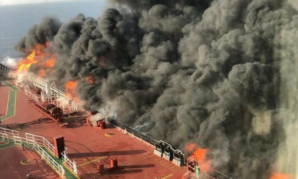 I FULL BRANN: Tankeskipet stod i full brann.