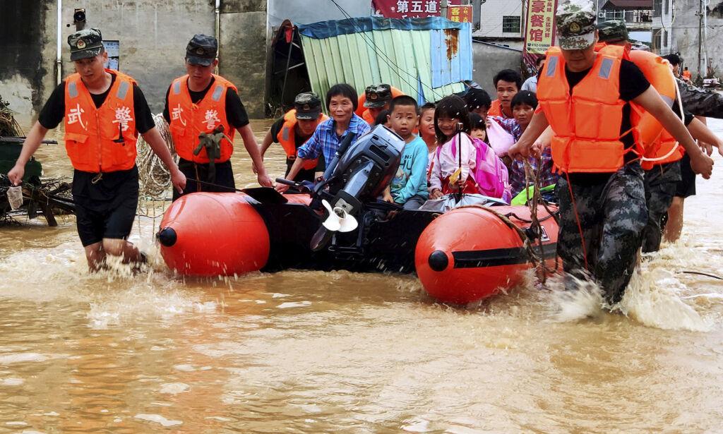 image: Minst 61 døde og 356.000 evakuert etter flom i Kina