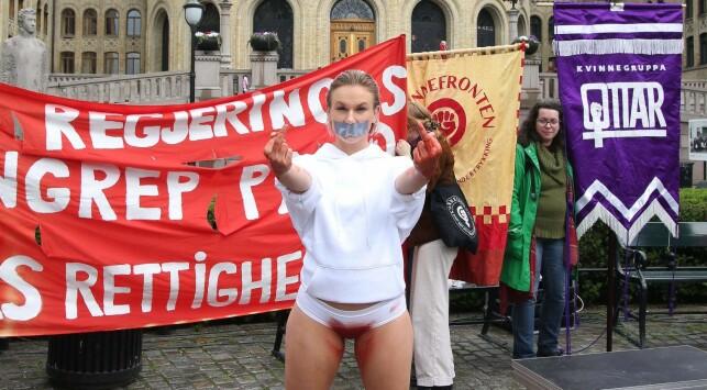 BLODIG: Christina Fraas iført blodig truse foran Stortinget. Foto: Kristine Slyngstad
