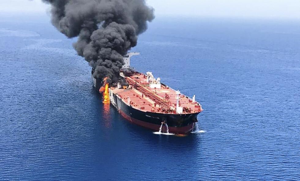 Oljetankeren Front Altair, som er eid av John Fredriksens rederi Frontline, i brann etter eksplosjoner utenfor kysten av Iran torsdag. Foto: ISNA / AP / NTB scanpix