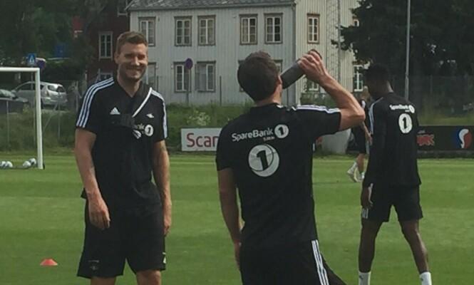 GODT HUMØR: Nicklas Bendtner på fredagens trening. Foto: Håkon Brandsnes / Dagbladet