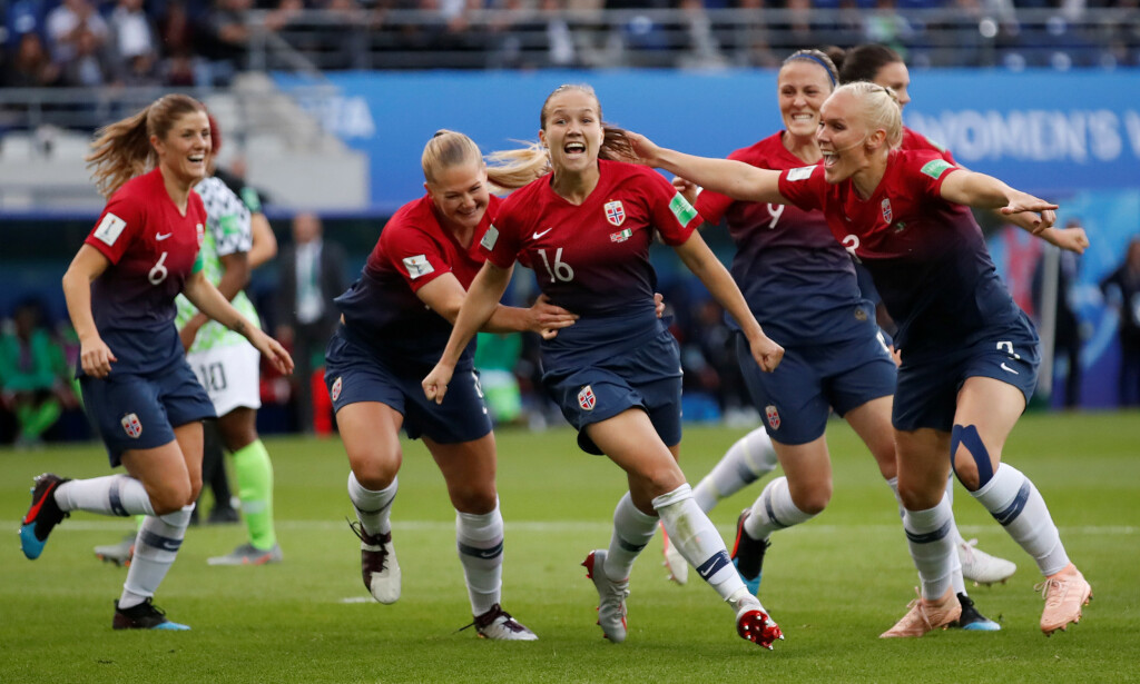 JUBEL: Norge jubler for scoring mot Nigeria. Den nederlandske trenerprofilen, Raymond Verheijen, er kritisk til nivået i mesterskapet. Alle er imidlertid ikke enig. Foto: NYB scanpix