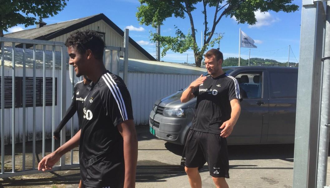 GLEDESSPREDER: Nicklas Bendtner illustrerer at han demper en ball på brystet og klinker til på volley, på vei inn til lørdagens trening. Foto: Håkon Østmoe Brandsnes / Dagbladet.