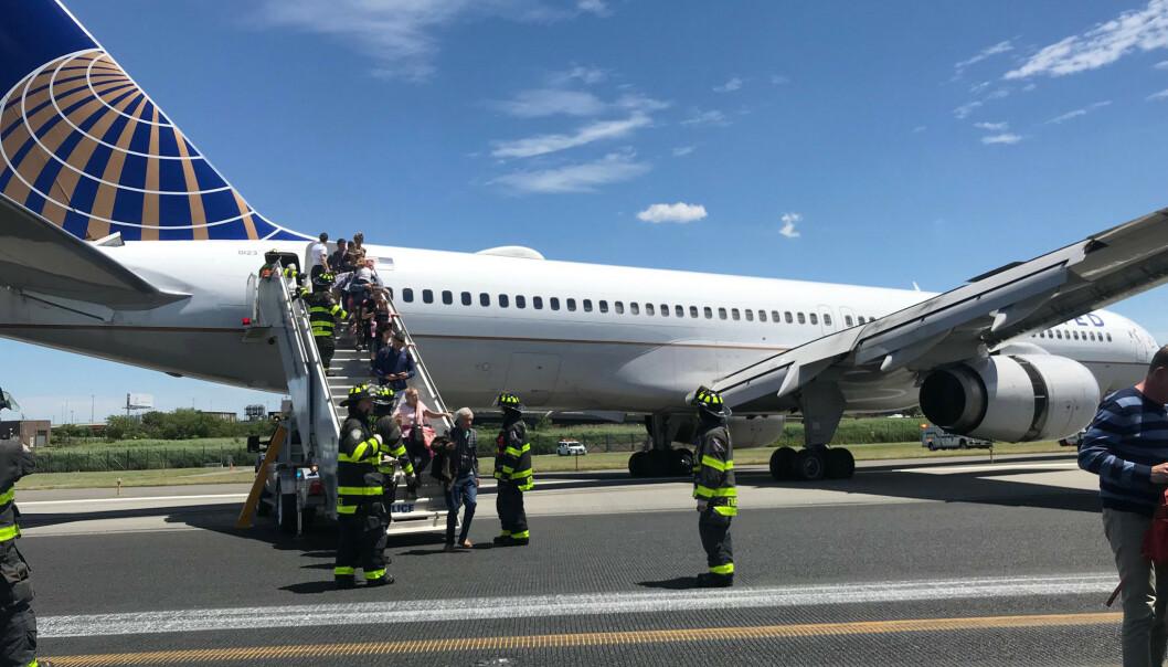 Fly skled av rullebanen da dekkene eksploderte under landing