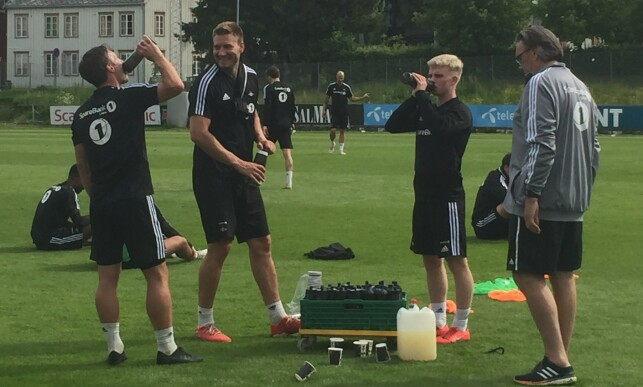 LYSTIG LAG: Edvard Sandvik Tagseth sammen med Mike Jensen og Nicklas Bendtner. Foto: Håkon Brandsnes / Dagbladet