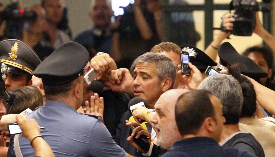 <strong>VITNET:</strong> Det ble kaotisk da George Clooney dukket opp for å vitne i en italiensk rettssak i Milano i july 2010. Foto: Alessandro Garofalo / Reuters / NTB Scanpix