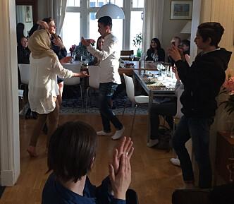 <strong>FEIRING:</strong> I 2016 fikk familien Abbasi ja fra tingretten for å bo i Norge. Her danser Taibeh og Yasin av glede, mens lillebror Eshan står til høyre ved dørkarmen. Foto: Privat