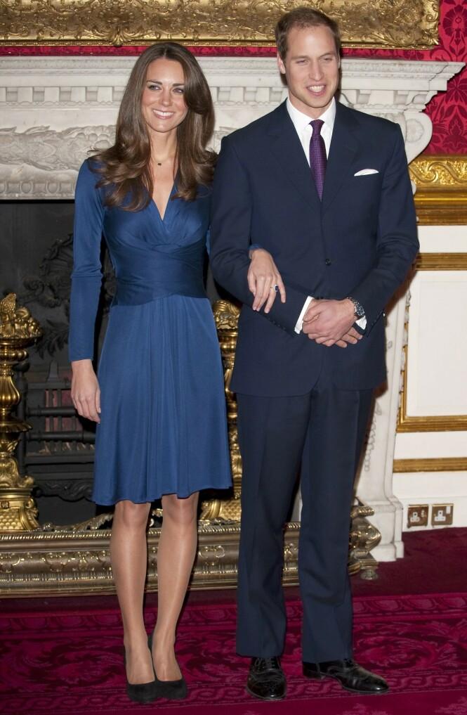 2010: Da Kate og William fortalte pressen at de var forlovet, hadde den kommende hertuginnen på seg en nydelig blå kjole fra Issa London. Foto: Scanpix