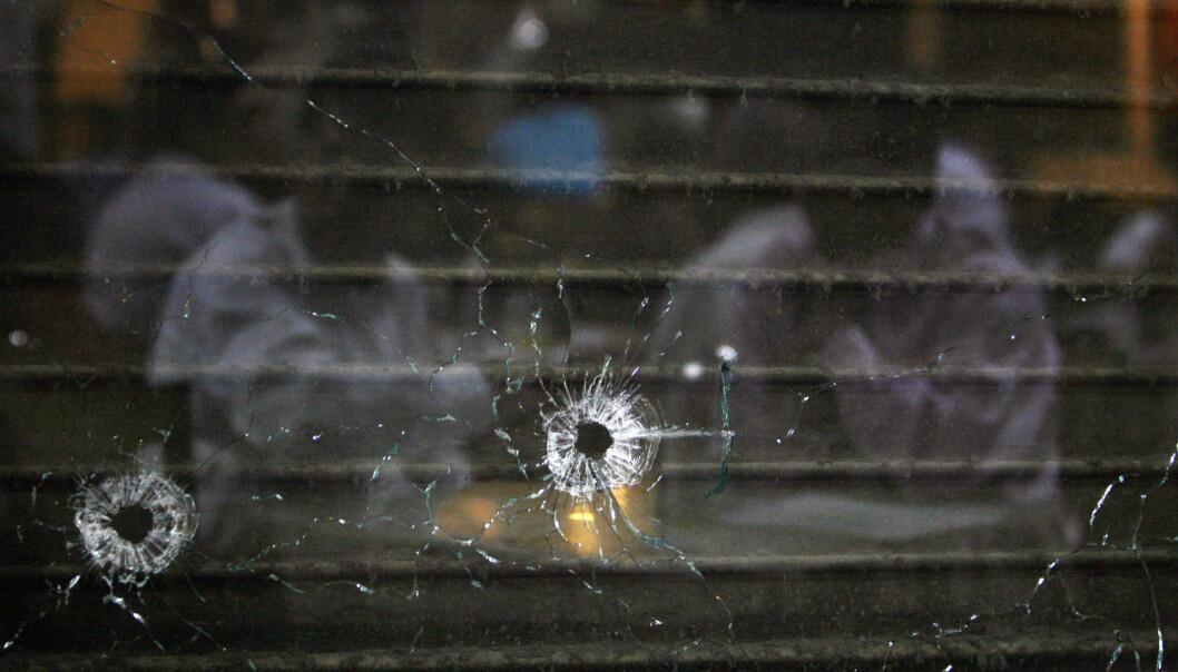 SYNLIGE MERKER: Terroristene kastet granater og brukte maskingevær under terroraksjonen på Leopold Café. FOTO: NTB Scanpix