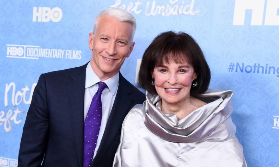 DØD: Gloria Vanderbilt (t.h) er død. Hun er kjent for sine millioner av dollar og entreprenørskap, men ble seinere i livet siden kjent som en av New Yorks mest omtalte sosietetskvinner. Her poserer hun med sønnen, det kjente CNN-ankeret Anderson Cooper, i 2014. Foto: NTB scanpix