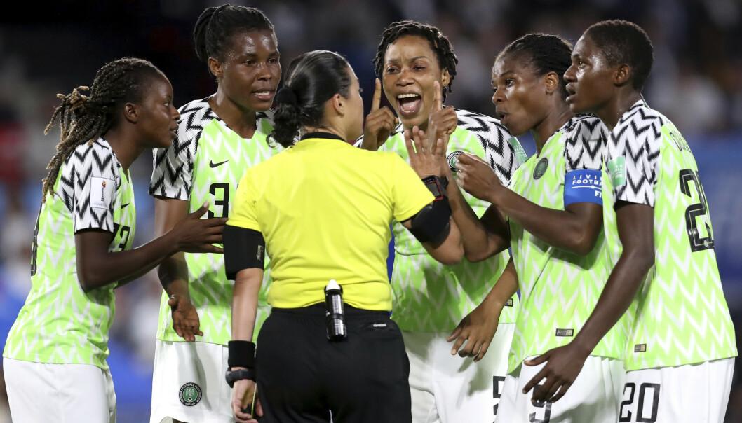 Nigerias spillere protesterte voldsomt da dommeren ga Frankrike en ny sjanse til å score på straffe i mandagens oppgjør. Foto: AP / Vincent Michel / NTB scanpix.