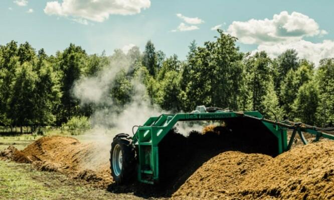 <strong>KOMPOSTKAMERATENE:</strong> Skjærgaarden gartneri komposterer husdyrgjødsel fra kolleger i nærområdet. Komposten blir tilført jordene på våren eller på høsten og bidrar til økt karboninnhold og jord som blir motstandsdyktig mot sykdommer. Foto: Skjærgaarden Gartneri