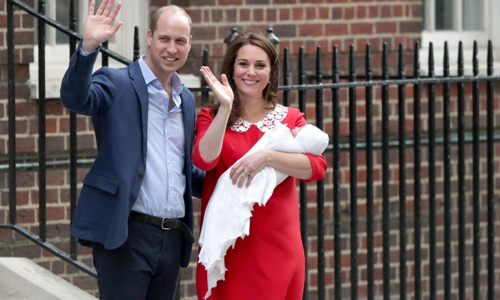 NYFØDT: Her er hertugparet sammen med den da nyfødte prins Louis i april 2018. Nå får prins William kritikk etter et bilde som har blitt publisert i forbindelse med årets farsdag i Storbritannia. Foto: NTB scanpix