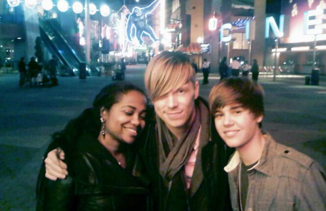 STJERNE: Olsen har jobbet med flere av verdens største stjerner, blant andre Justin Bieber. Her er de to fotografert sammen for mange år siden. Foto: Privat