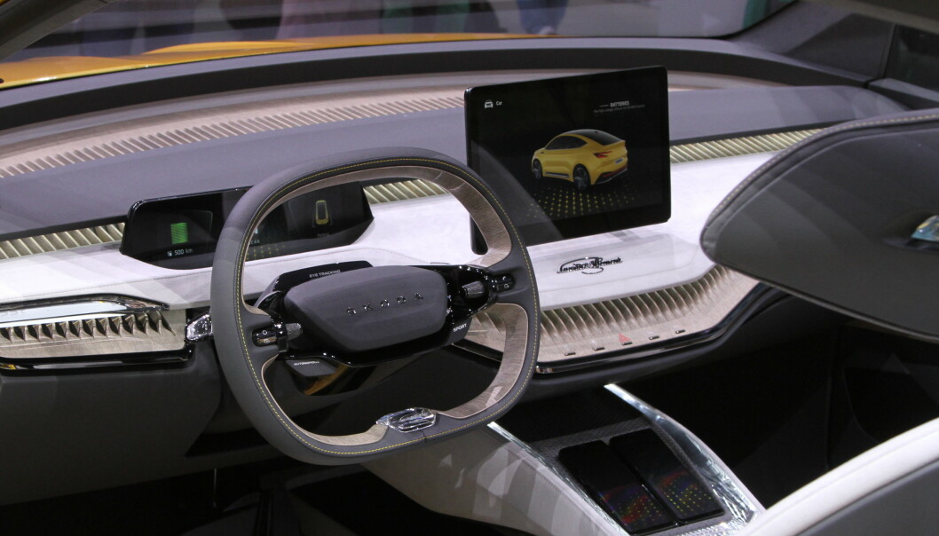 <strong>STOR SKJERM:</strong> Interiøret i bilen er preget av en stor berøringsskjerm midt på dashbordet. Ellers får produksjonsmodellen et interiør som er litt mer tradisjonelt enn dette. Foto: Rune Korsvoll