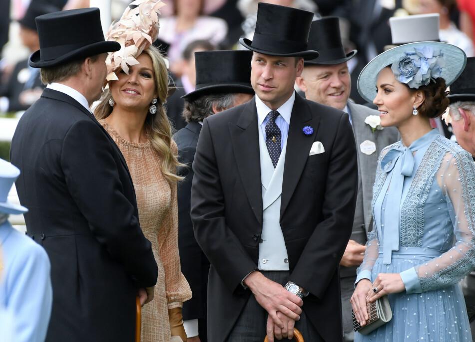 INGEN RING: Prins William valgt å ikke bruke giftering, mens hertuginne Kate derimot fått avdøde prinsesse Dianas blå saffir-ring som forlovelsesring. Her i lystig passiar med kong Willem-Alexander og dronning Maxima av Nederland under Royal Ascot i juni 2019. Foto: NTB Scanpix