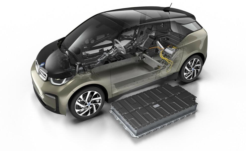 <strong>ULIKE:</strong> De fleste elbiler bruker store, firkantede battericeller, omtrent på størrelse med en pocketbok.