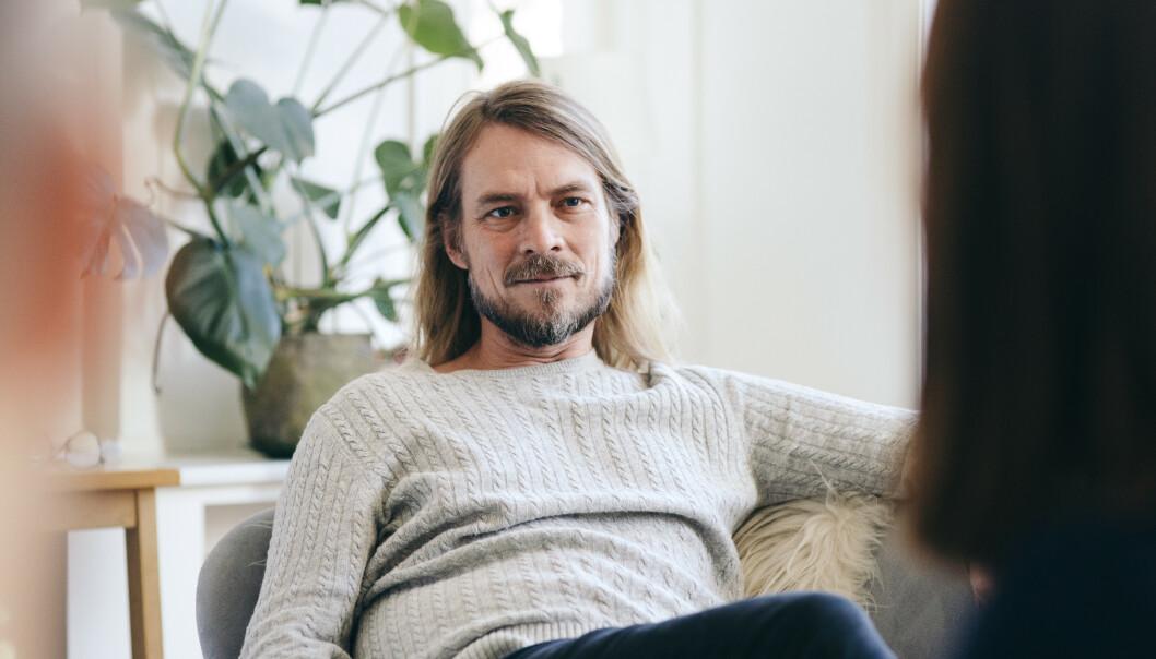 I TERAPIROMMET: Psykolog Peder Kjøs hjelper denne gangen par og enkeltpersoner med hverdagsproblemer av ulike slag. «Hos Peder»-podkasten har premiere i august. FOTO: NRK