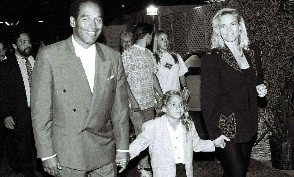 GRUSOMT: Sydney Simpson, her fotografert med foreldrene i 1991, har hatt en unik oppvekst. Da hun var liten ble moren hennes, Nicole Brown, drept. Faren hennes, O.J. Simpson, ble tiltalt for drapet. Det var starten på et mediesirkus uten like for familien. Foto: NTB scanpix